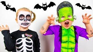 Gaby y Alex eligen un disfraz de Halloween y juegan con juguetes de Halloween