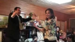 沖縄の祝いの席ではいつも見かける光景。祝いの宴ではカチャーシーを踊...