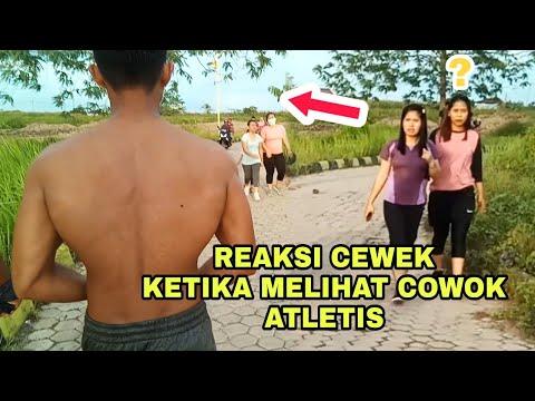 Reaksi Cewe Ketika Melihat Cowo Atletis Turun Ke Jalan