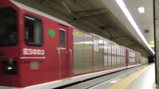 2499T E5000形電気機関車に牽引される大江戸線12-000形車両