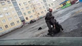 Два пьяных мужика дерутся в грязи ЖЕСТЬ!!!