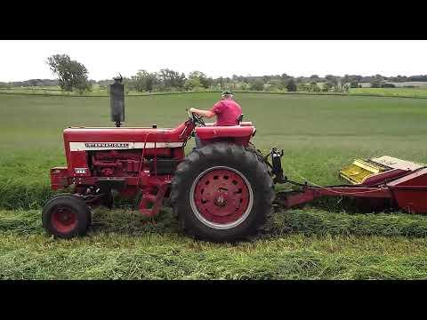 IH 856 cutting alfalfa w/ NH 489 Haybine