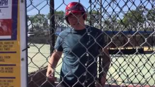 Папа учит сына как играть в бейсбол!