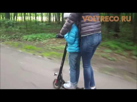Мама везет дочку на электросамокате по лесу Voltreco.ru