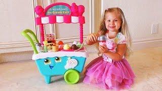 Diana juega Heladería con un carrito de helados de juguete