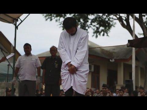 Castigan con 83 azotes a una pareja homosexual en Indonesia