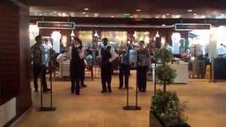 Танцующие официанты)))) круто!!!!!!!!!!!