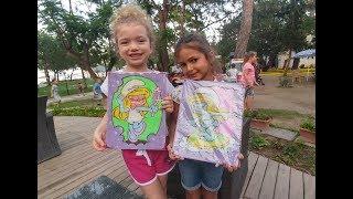 Elif ve Melisa parkta, zıplama ve araba yarışı parkurları, kum boyama, eğlenceli çocuk videosu