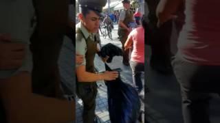 Carabineros atacados por comerciantes barrio meigs