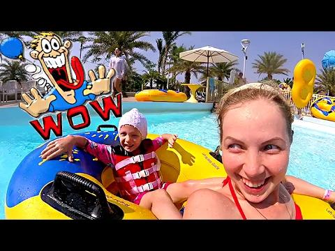 Веселый аквапарк и супер горки с волнами в бассейне купаемся и катаемся