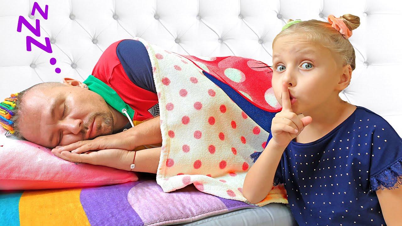 Алиса и Ева хотят разбудить спящего папу