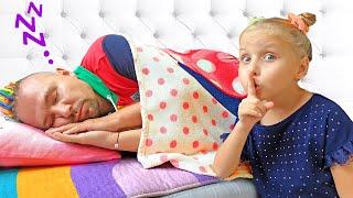 Алиса и Ева мешают папе спать