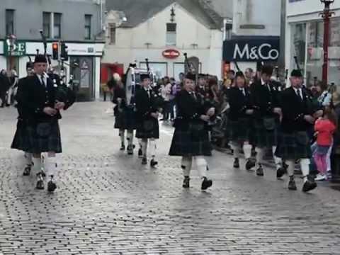American tourist and Scottish pipe band.