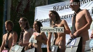 Nackt-Protest vor dem Kanzleramt: Attac fordert