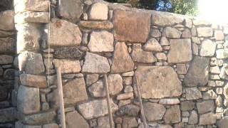 rozestavěná kamenná zed