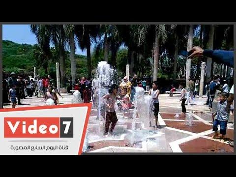 الأطفال يحولون نافورة حديقة الأزهر لحمام سباحة.. والأهالى: سيبوهم يلعبوا  - 15:21-2017 / 4 / 17