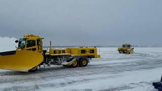 「除雪トラック・ブラシロール式除雪トラック」新千歳空港航空局UDクオン&ふそうザ・グレート。 thumbnail