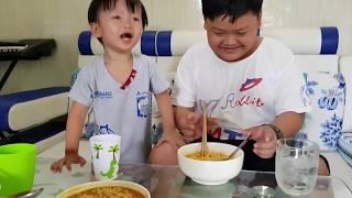 Trò Chơi Thử Thách Tin Và Anh Hai Ăn Mì Cay Cấp Độ | Kids Toy Media