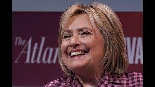 Xe chở bà Clinton bị tai nạn, nhưng bà không sao