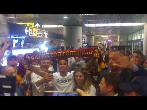 Justin Kluivert è sbarcato a Fiumicino. Tifosi della Roma in delirio per il nuovo acquisto