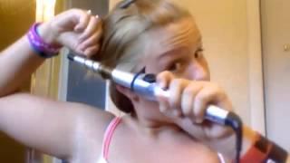 Chica quema su pelo en tutorial para aprender a usar un rizador