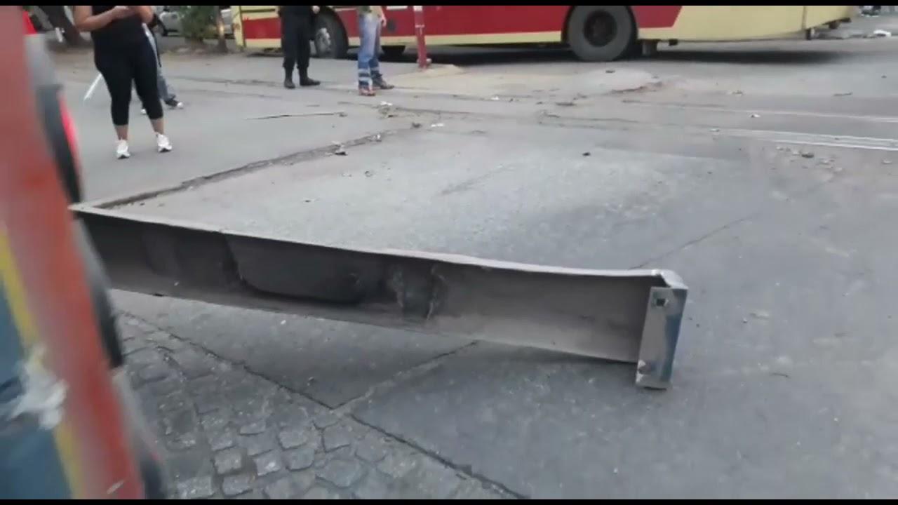 Un tren impactó contra un colectivo en el paso de Crisóstomo Álvarez y Bernabé  Aráoz - YouTube