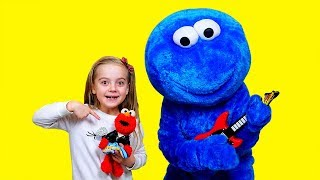 Girl play with Cookie man and Elmo Toy