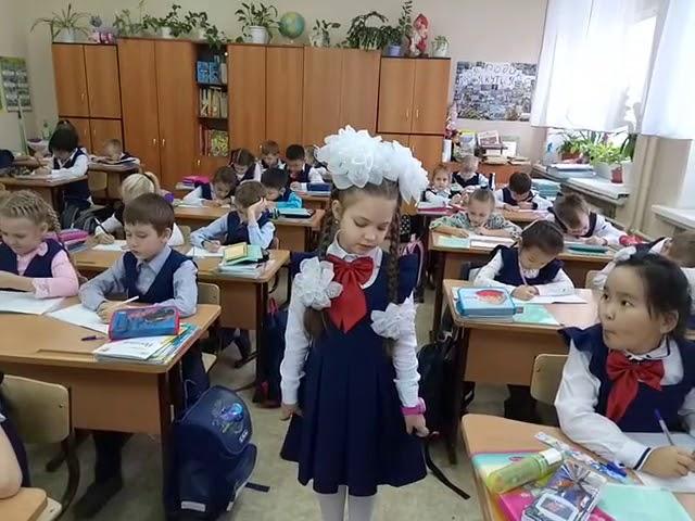 Изображение предпросмотра прочтения – АринаАнтонова читает произведение «В классе» М.И.Цветаевой