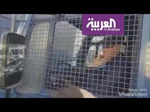 دموع رجل الأمن الجزائري تنهمر بعد هتافات المتظاهرين