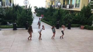 Мокрая девочка танцует!!!