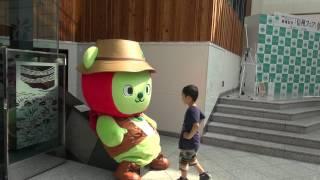 2017-07-08 滑り台(?)で遊ぶアルクマ in 長野駅