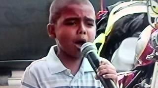 Niño Cantando El Himno De Victoria