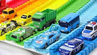 ちびっこバスタヨ-ディズニーカーズのおもちゃで色を学ぶ