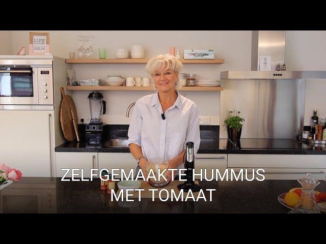 Zelfgemaakte humus met tomaat