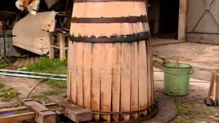 видео Как изготовить деревянную бочку (кадку) для солений, для вина своими руками в домашних условиях