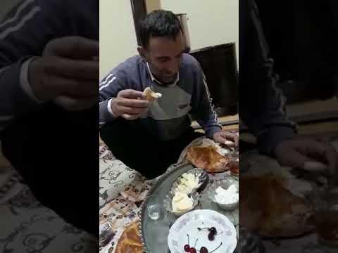 Soğan ekmek yiyen adam