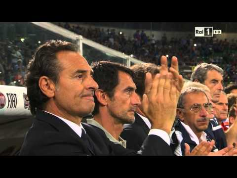 Respect! Italian coach Cesare Prandelli applauses Bulgarian anthem and drive the fans to do same.