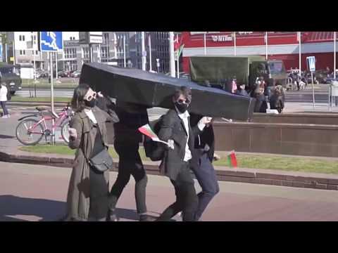 Рискуете жизнью! Активисты принесли гроб на репетицию парада в Минске