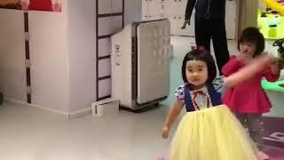 Foodie XiaoMan 超萌小吃貨~小蛮殿下周六來個公主跳💖😅🍄👑 #46個月 #dance #baby #eatingmachine  #food #小蛮 #xiaoman