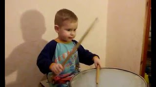 Drums 2 year old.Mальчик Тима 2 года играет на барабане.