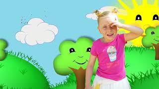 Alicia juega con el inflable supermercado y set de cocina de juguete