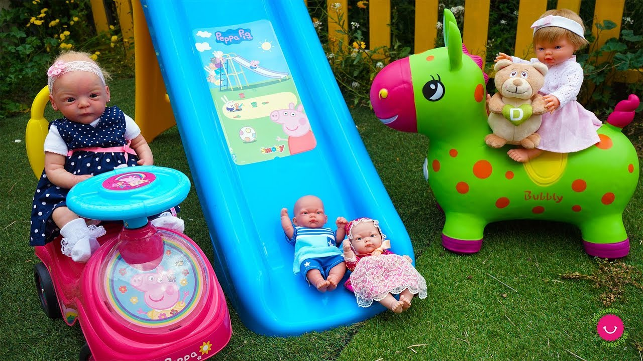 Ben y Lindea juegan en el jardín con Bea la prima y Neala