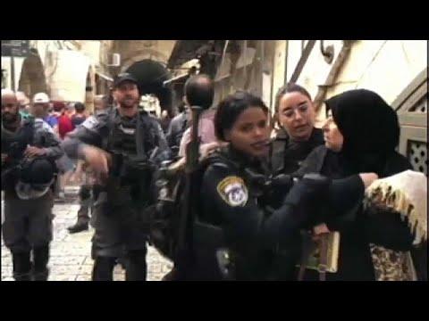 شاهد: الشرطة الإسرائيلية تمنع الفلسطينيين من الدخول إلى المسجد الأقصى لإدخال المستوطنين في عيد ال…  - نشر قبل 17 ساعة