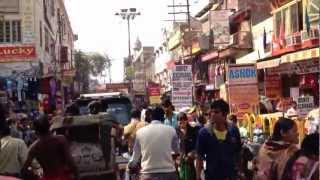 インド・バラナシのメインストリートでサイクルリキシャーに乗ってみた