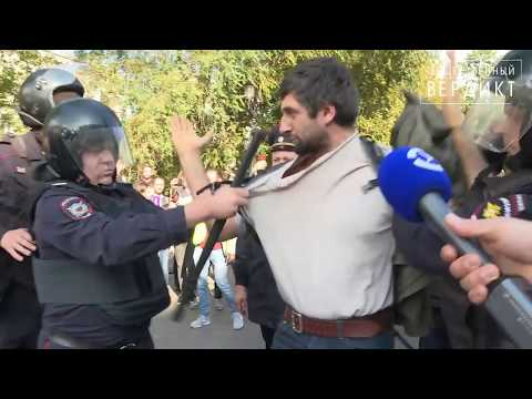 Полицейские в масках избивают Максима Гришенкова/2019