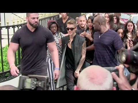 EXCLUSIVE - Lovely Justin Bieber being super nice with his fans in Paris