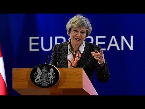 """Theresa May diz que é tempo de """"preparar a saída"""", Lordes impõem mais condições"""