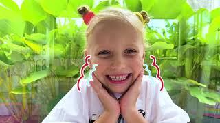 Аlicia y Eva se divierten jugando con papá en historias infantiles