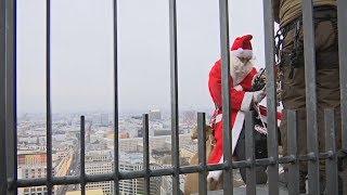 Санта-Клаус спустился в Берлине с крыши высотки