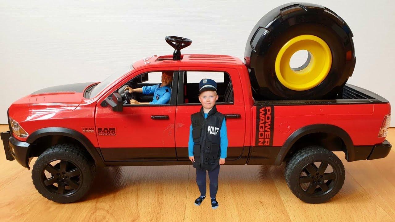 Грабитель украл колёса у полицейской машинки Полицейский Сеня на грузовике приехал на помощь